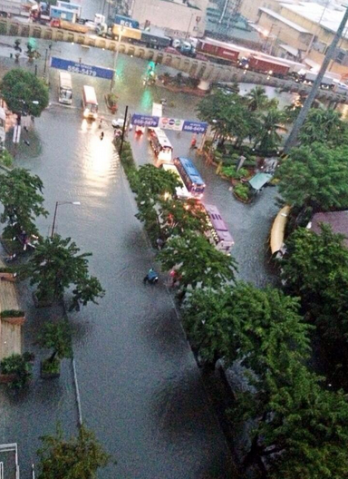 Flood near the country's main business district. Photo by @siao88