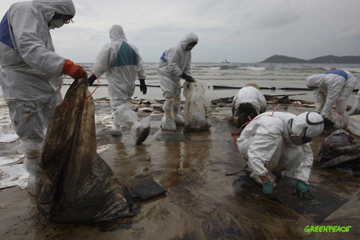 Clean up operation. Photo from Facebook page of Greenpeace Thailand
