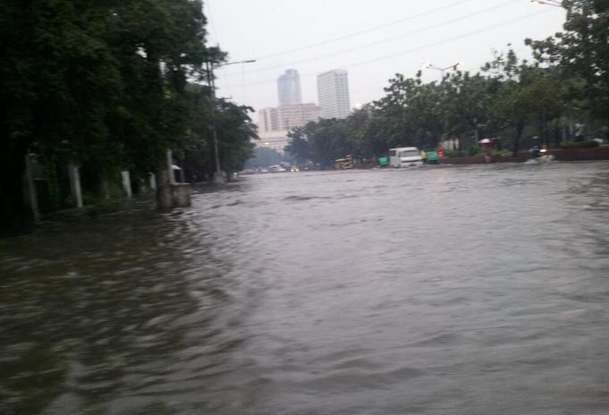 Flood near Manila City Hall. Photo by Manila Bulletin