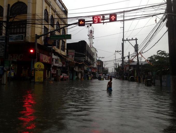 Knee-deep flood in Manila. Photo by Jam Sisante
