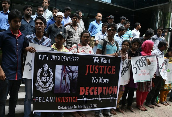 Students form a human chain in front of the Indian high commission at Gulshan in Dhaka, protesting against the verdict in the Felani killing case in India.  Image by Indrajit Ghosh. Copyright Demotix (9/9/2013)