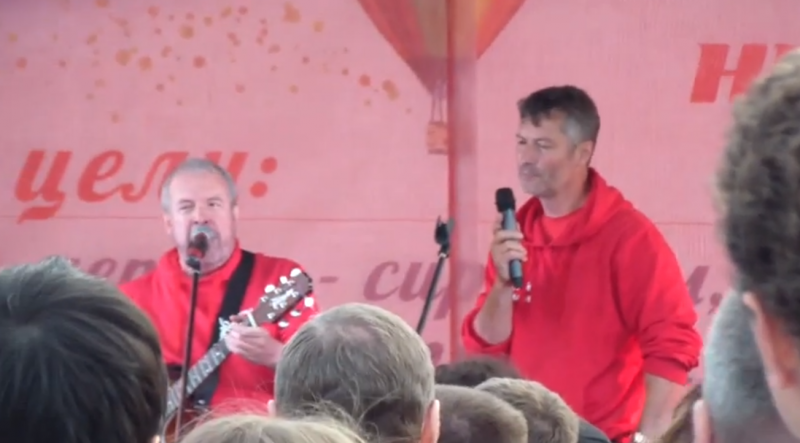 Yekaterinburg mayoral candidate Evgeny Roizman sings alongside Russian rock icon Andrei Makarevich, 6 September 2013, screen capture from YouTube.