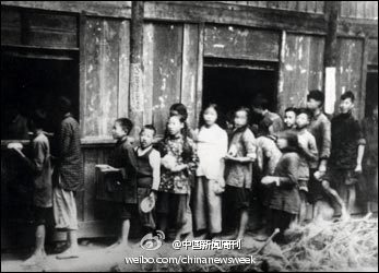 Historical photo of the rural collectives during the Great Leap Forward. Children are lining up for food. Source: Sina Weibo.