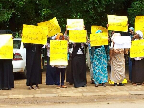 Vrouwelijke actievoerders protesteren tegen de gevangenhouding van een schrijver met de naam Rania. Op Twitter gezet door @Girifna