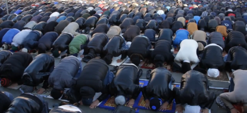 Mosocow Muslims praying during Eid. YouTube screenshot.