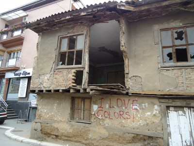 """I love colors"" and ""I love flowers"" appear very frequently on the walls of the city."