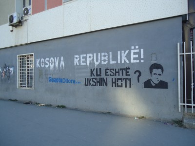 The claims not to forget the leaders of the Kosovo independance are visible here and there.