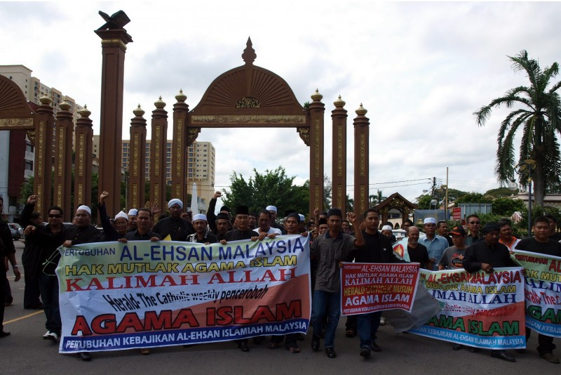 "Members of Al-Ehsan Islamiah Malaysia Welfare Association gather in a peaceful rally protesting the use of the word ""Allah"" by non-Muslims. Photo by Zulkifle Che Abdullah, Copyright @Demotix (1/6/2010)"