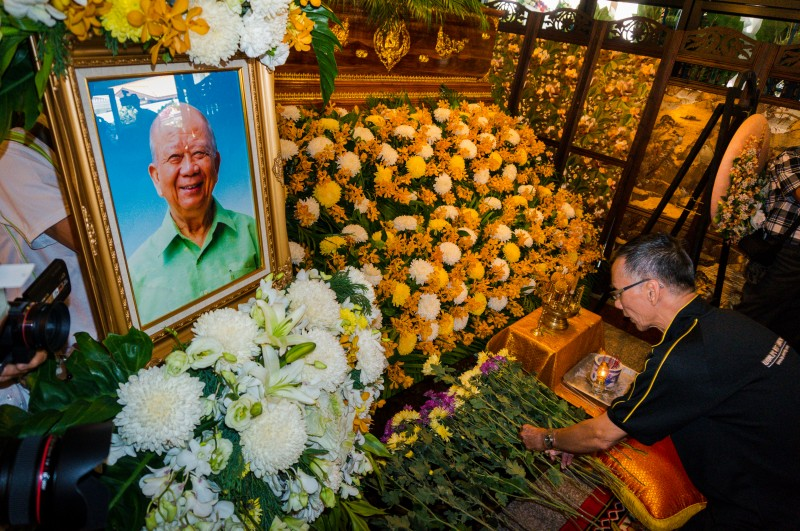 A mourner pays his last respects by laying flowers. Photo by Hon Keong Soo, Copyright @Demotix (9/23/2013)