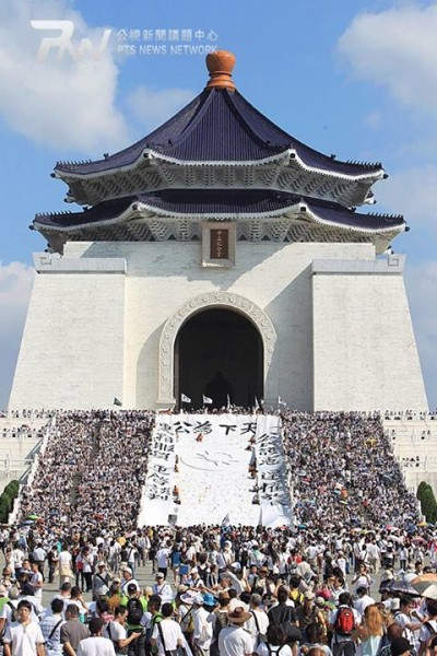 Protesters occupied the famous landmark at the Freedom Square. Photo taken by 鐘聖雄, PTS News Network. Non-commercial use.