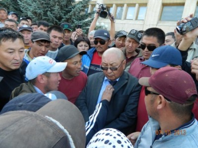 Protesters in Karakol held governor Emil Kaptagaev as hostage. Image by Kloop.kg, used with permission.