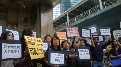 A group of journalists protest outside the Philippines Consulate. Photo from inmediahk.net