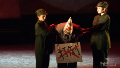 Scene of red guards denouncing the capitalist in the Dream of the Red Chamber. Screen capture from Theater Dortmund's Youtube video.