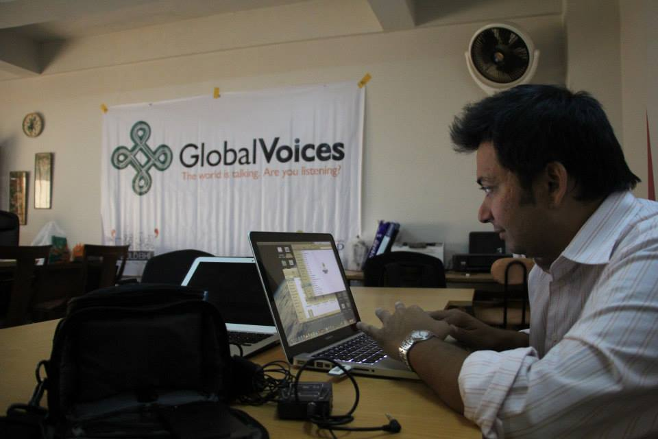 Global Voices Urdu Editor Faisal Kapadia getting ready for the meet-up. Photo of the #GVMeetup in Karachi on November 1, 2013 from the Bolo Bhi Facebook page