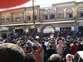 Yemeni supporters of the couple gathered in front of the court room to show their solidarity