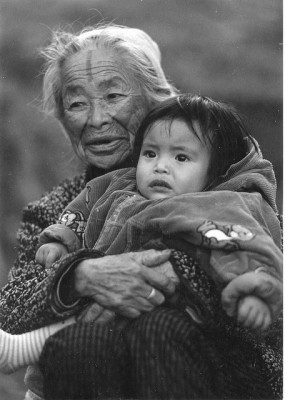 An Atayal woman with the traditional facial tattoo held her granddaughter. Photo taken by atonny.