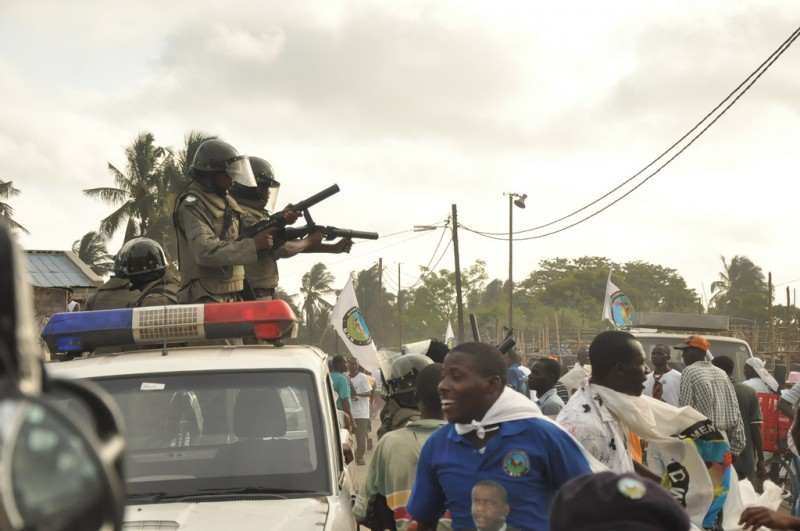The arrival of two cars with officers from the Rapid Intervention Force (FIR) of the Police of the Republic of Mozambique (PRM) interrupted the final rally of the campaign of opposition party MDM in Beira. Photo @Verdade newspaper (CC BY 2.0)