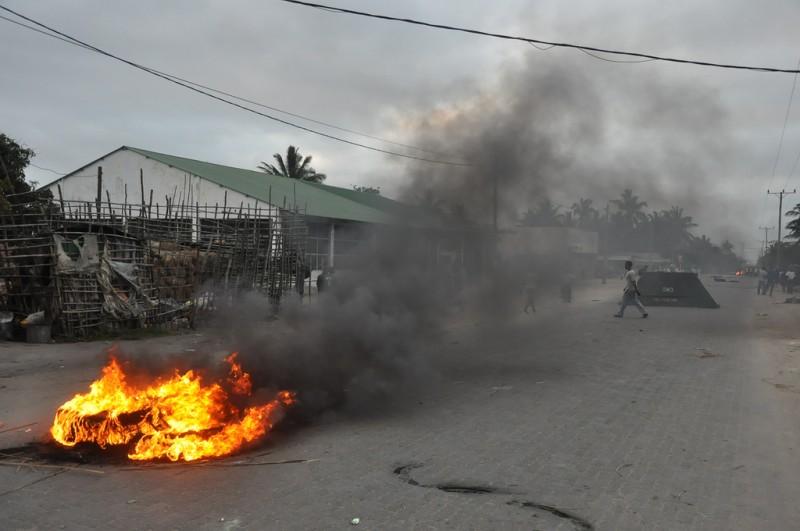 After the attack of the riot police, the crowd started to burn tires in the roads that lead to Beira´s neighborhood of Munhava.