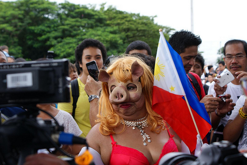 An activist wears a 'miss piggy' mask in reference to the pork barrel scam. Photo by James Sarmiento, Flickr (CC License)