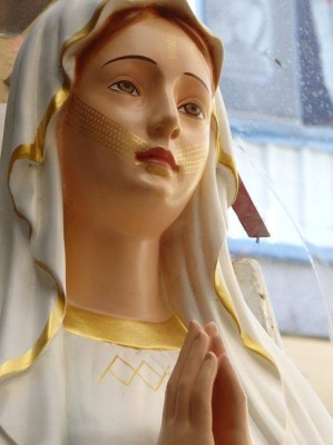 The statue of the Blessed Virgin Mary with golden facial tattoo based on the Atayal people's tradition. Photo taken by Octopus (章魚)