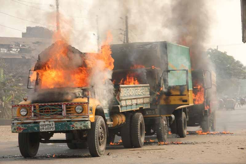 Jamat e Islami activists in Bangladesh set four vehicles on fire in response to Abdul Quader Mullah's execution. The activists vandalized, and set fire to the trucks at Ponchoboti Fatulla in Narayanganj. Image by Mahbubur Rahman Khoka. Copyright demotix (13/12/2013)