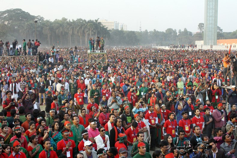 Tens and thousands of people have joined in singing Bangladesh's national anthem at Suhrawardy Udyan on the Victory Day in Dhaka.  Image by Mamunur Rashid. Copyright Demotix (16/12/2013)