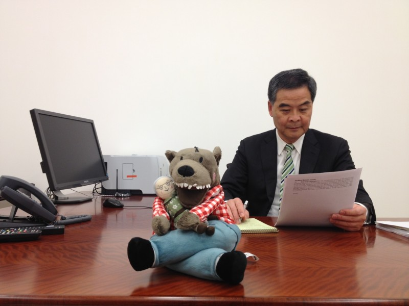 Chief Executive CY Leung took photo with Lufsig as a response to the Lufsig Craze.