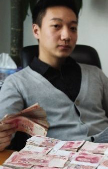 The man attached a photo of a guy sitting in front of piles of money. (Photo from Weibo)