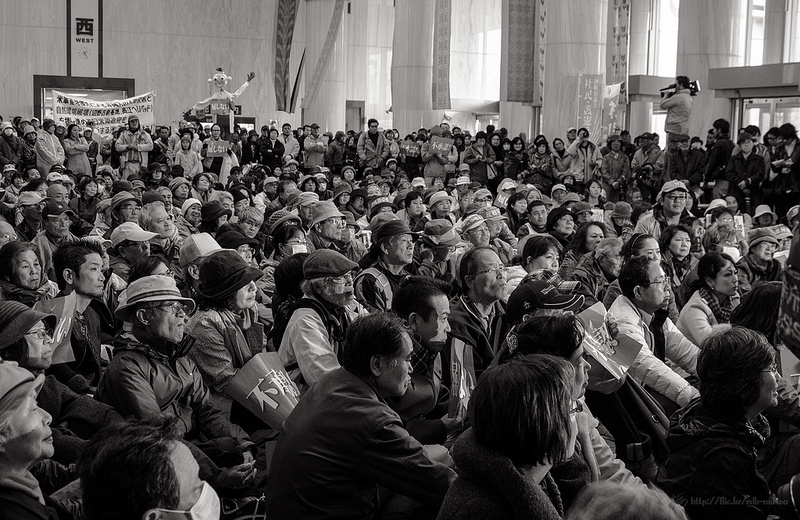 More than a thousand people came to the prefecture office of Okinawa to show their opposition to the governor's decision. Photo taken on December 27 2013 by Ojo de Cineasta (CC BY NC ND 2.0)