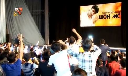 Young fans greeting Shon MC at a concert in Dushanbe. Screen capture from YouTube video uploaded on November 21, 2013, by 'Made in Tajikistan.