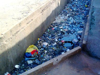 trash in Conakry on Konakry express vith the author's permission