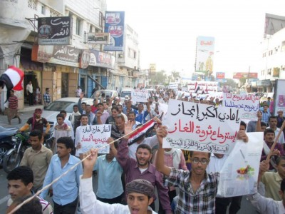 Protesters in Hodeida holding signs demanding president Hadi to review Yemen's LNG deal