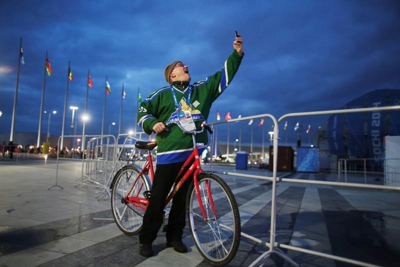 Hincha ruso se hace una foto en el Parque olímpico en Sochi, Rusia. Foto de Maria Plotnikova. Copyright Demotix 2 de feb 2014