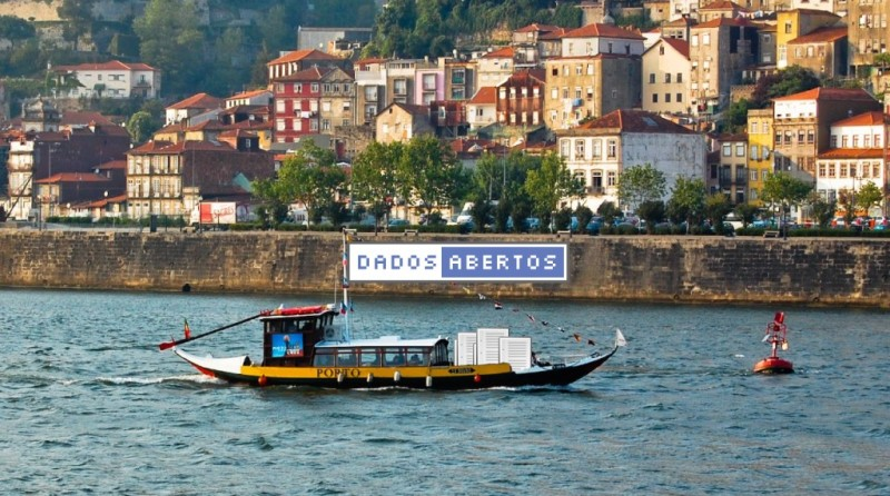 A typical rabelo boat from Porto carrying the open data flag for the #OpenDataDay. Banner by Transparência Hackday.