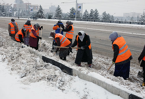 Municipal services in Dushanbe are short of special equipment and rely on street cleaners to remove snow from the city's roads.