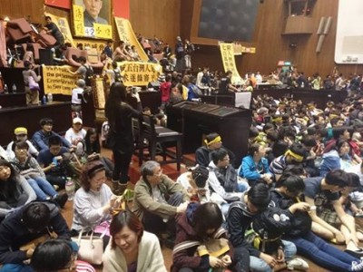 Protesters occupied the Legislation Yuan. Figure from Island Nation Youth. CC: NC.