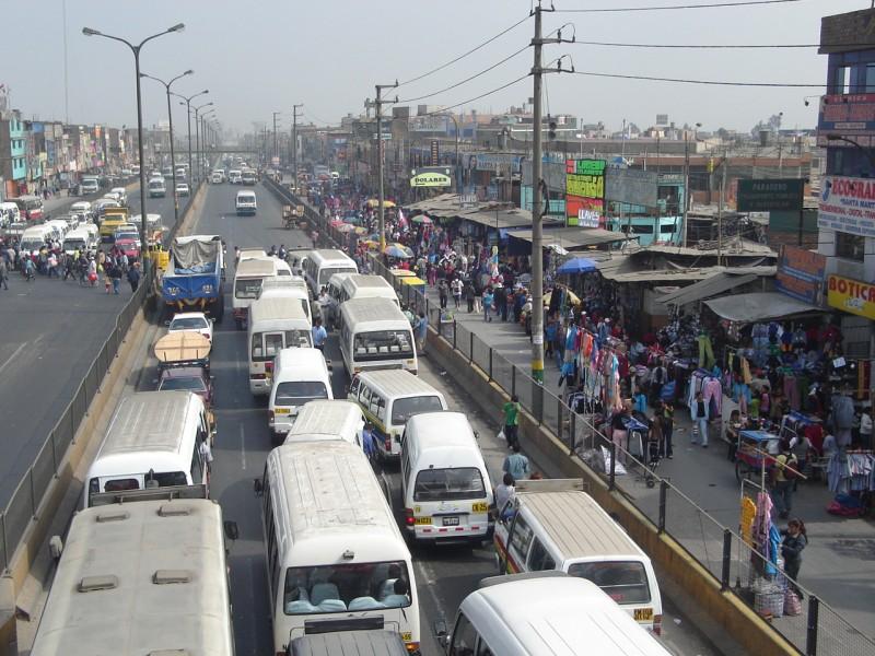 Combi y minibuses en Lima. Fotografía de Solangel Giannopoulou, usuario de Flickr. CC BY-NC-ND 2.0