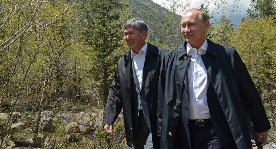 Russian president Vladimir Putiin and Kyrgyz counterpart Almaz Atambayev take a walk in the wild (kloop.kg)