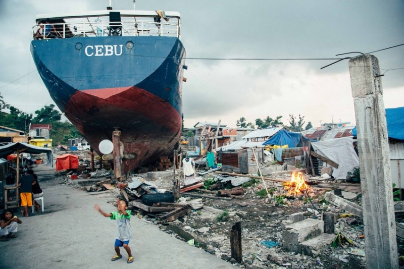 Typhoon Haiyan caused a ship to ran aground in Leyte, destroying houses in a crowded coastal village. Photo by Alessandro Pavone/ Save the Children