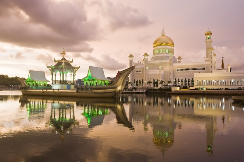 Omar Ali Saifuddin Mosque in the capital of Brunei. Photo by Santi Palacios, Copyright @Demotix (8/12/2010)