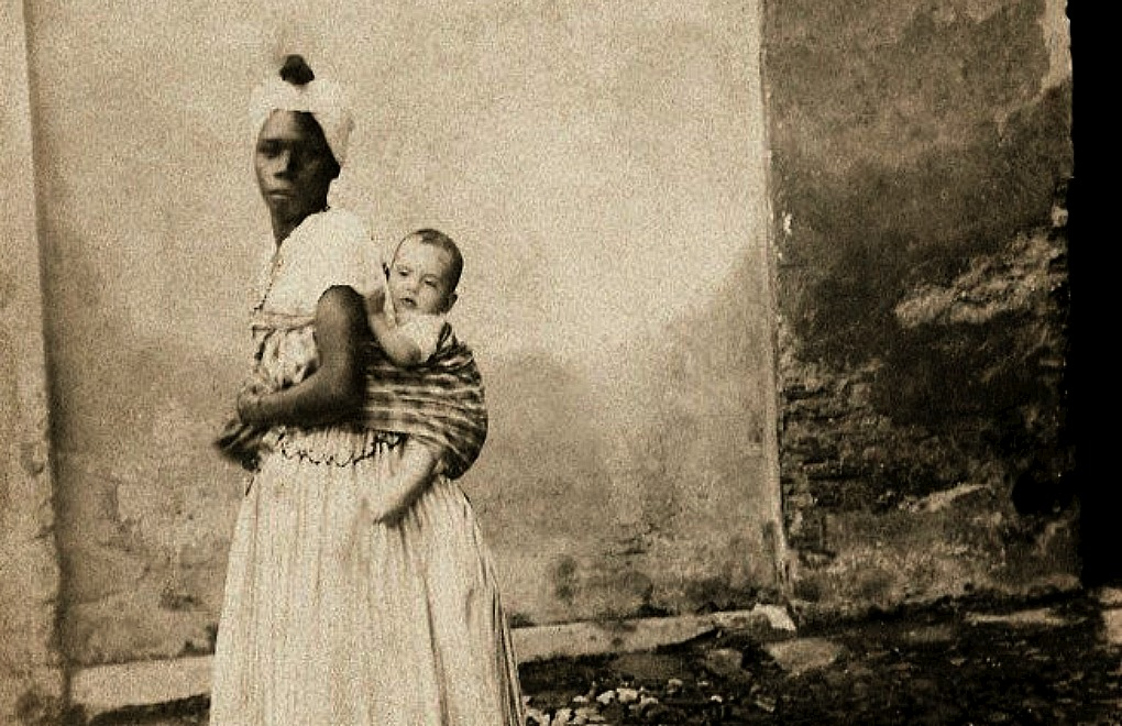 Slave carrying a white child on her back, in 1870, Bahia. (Photo: Instituto Moreira Salles/Geledés)