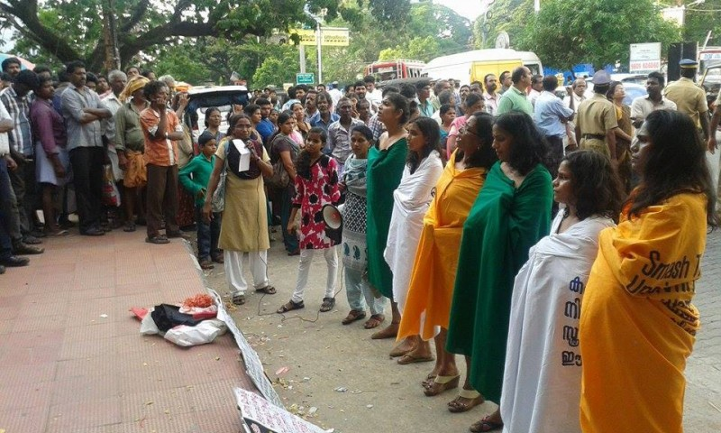 Mulheres de Kerala protestam em solidariedade com as meninas vítimas de violação e linchamento em UttarPradesh, Índia. Foto de Sthreekoottayma, usada com permissão.