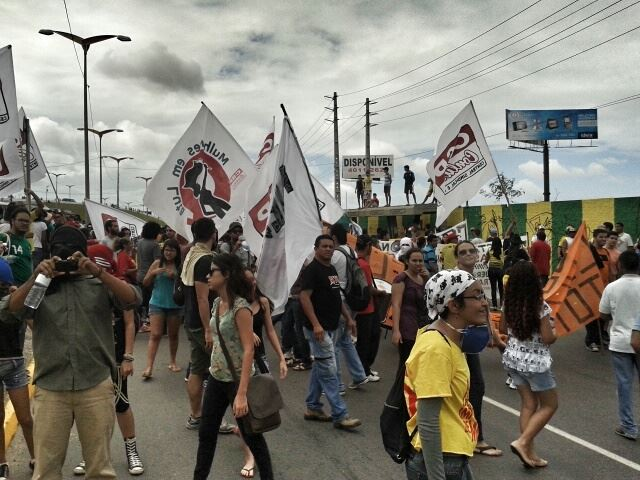 Protesters start to gather in Alberto Craveiro Avenue, before one the police blockades around Arena Castelão stadium. Photo by Nigéria Collective, published on Facebook, June 17.