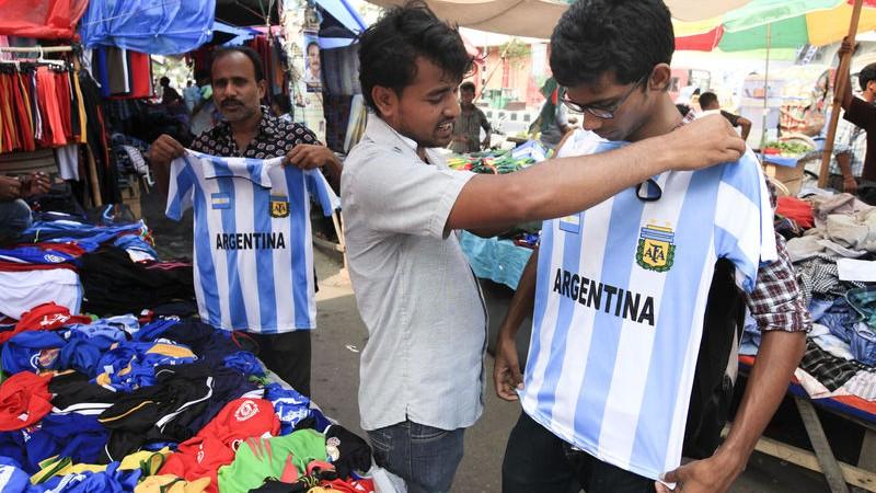 FIFAワールドカップに向け、自分の応援するチームのジャージを買うサッカーファン、バングラデシュのダッカにて。画像提供Md. Asaduzzaman Pramanik。著作権 Demotix (2014年5月19日)
