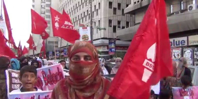 Banuk Karima Baloch, chairperson of the Baloch Student Organization-Azad (BSO-Azad) at a rally in Karachi. Screenshot from YouTube.