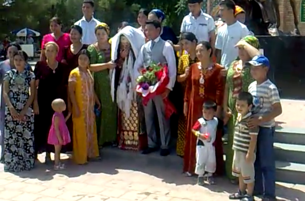 Turkmen families rarely fit into a single shot (Screenshot from a YouTube video uploaded by Turkmen Owazy).