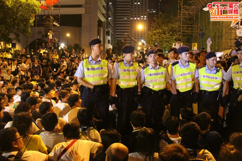 Protesters from Chater Road were waiting for the police to arrest them on July 2 peaceful sit-in. Photo from inmediahk.net. Non-commercial use.