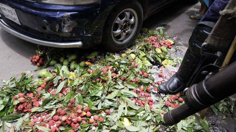 Police destroying the formalin affected fruits. Image by Reaz Sumon. Copyright Demotix (3/6/2014)