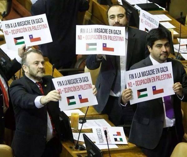 Chilean congressmen show banners calling for the end of genocide and occupation of Palestine. Image widely shared on Twitter.
