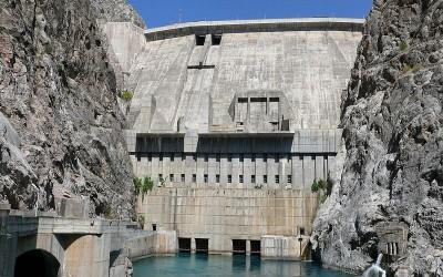 Přehrada vodní elektrárny pod Toktogulskou přehradní nádrží. Fotografie z Wikipedie.
